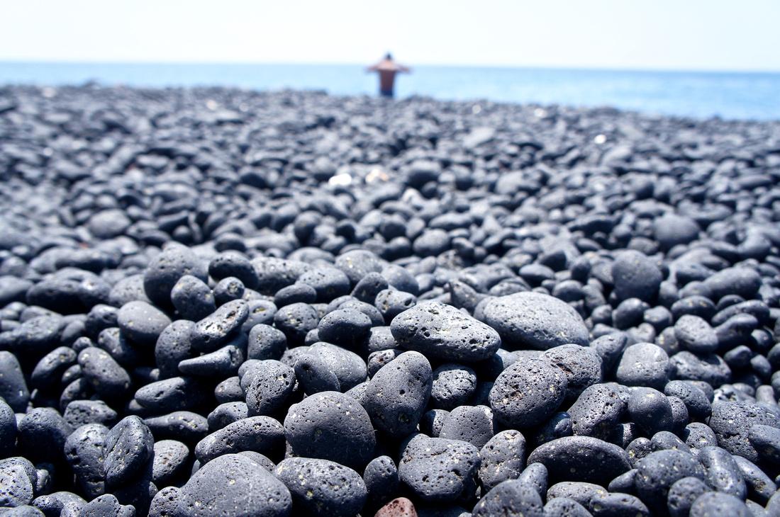 Black pebbles instead of sand.