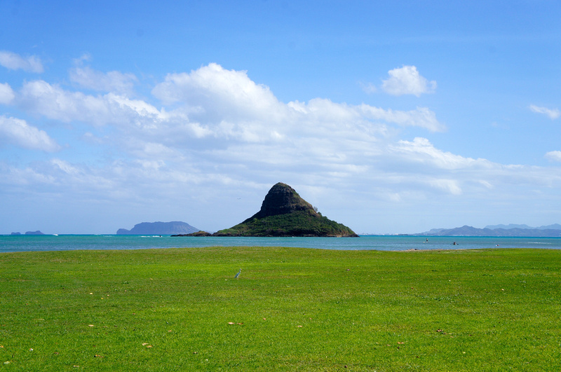 Chinaman Hat island seen from Kualoa Beach Park in Oahu, Hawaii